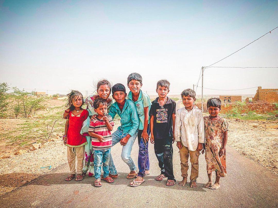 沙漠中空無一物的村莊,等著糖果與鞋子的孩童們於金色城市。印度真的太容易遇到不懷好意或別有居心的人,不斷考驗著你過往的各種價值觀。